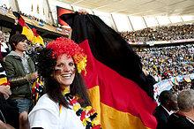 Deutsche Fußballanhängerin mit Fahne im Stadion, Spiel Deutschland gegen Argentinien, WM 2010, Kapstadt, Südafrika, Afrika