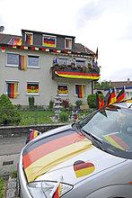 Mit deutschen Flaggen geschmücktes Wohnhaus und Auto während Fußball WM 2010, Stuttgart, Baden-Württemberg, Deutschland, Europa
