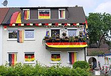 Mit deutschen Flaggen geschmücktes Wohnhaus während Fußball WM 2010, Stuttgart, Baden-Württemberg, Deutschland, Europa