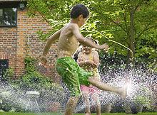 Junge - Person,Rasensprenger,Mädchen,spielen