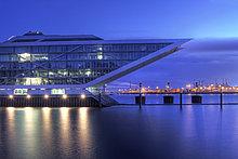 Modernes Bürogebäude Dockland an der Elbe in der Abenddämmerung, Fischereihafen, Fischmarkt St. Pauli, Hamburger, Hafen, Hamburg, Deutschland