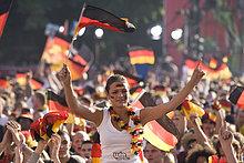 Fans mit Deutschlandfahnen schauen das Finalspiel der Fußball EM auf der Berliner Fanmeile, Berlin, Deutschland, Europa