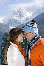 Paar Standing Gesicht auf remote Berg