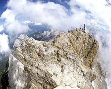 Zugspitze, Gipfelkreuz, 2962 m, Bergwanderer, Wettersteingebirge, Werdenfels, Oberbayern, Deutschland