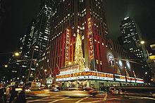 Radio City Music Hall, Gebäude bei Nacht, Weihnachten in New York City, USA