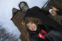 Traditionelles Halloween Spektakel auf der Burg Frankenstein. Ein Monster erschreckt ein kleines Mädchen, Burg Frankenstein, Hessen, Deutschland