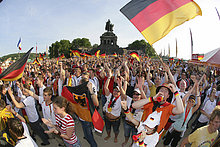 Mehrere tausend Fußballfans sehen am Freitag (09.06.2006) am Deutschen Eck in Koblenz bei der Übertragung des eröffnungsspiels der Fussball-Weltmeisterschaft 2006. Koblenz, Rheinland-Pfalz, Deutschland.