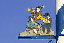 Blechbläser Musiker und Biertrinker Detail vom Maibaum auf dem Viktualienmarkt München Bayern Deutschland