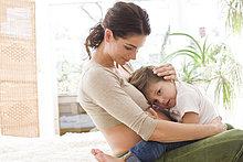 Mutter knuddeln traurig Sohn