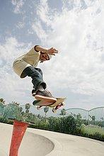 Blick auf ein Teenager Skateboardfahren.