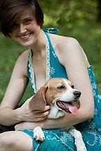 Frau hält ihr Haustier beagle