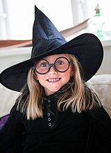 Porträt von Mädchen tragen Hexenfest Hut