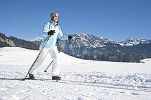 Frau macht Skilanglauf, Tannheimer Tal, Tirol, Österreich