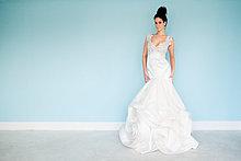 Junge Frau tragen weiße Hochzeitskleid, Studio shot