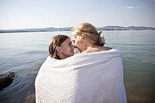 Handtuch ,Tochter ,Mutter - Mensch ,umwickelt