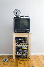 Ein Fernseher auf einem Schrank mit vielen DVDs und Video-Spiele