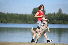 Junge Frau geht mit Hund spazieren