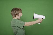Megaphon ,Junge - Person ,grün ,Hintergrund ,schreien