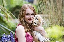 Ein junges Mädchen, halten ihr Haustier-Kaninchen
