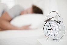 hoch, oben ,nahe ,Uhr ,Bettseite ,alarmieren ,Tisch