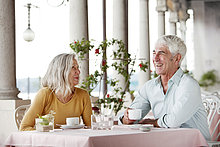 Seniorenpaar in einem Restaurant, Italien, Gardone Riviera