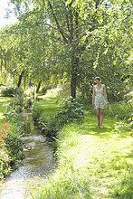 Blume ,Fluss ,aufheben ,Mädchen