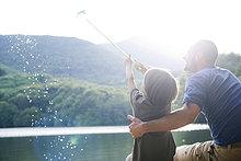 Father and Son fishing, junge Fische im Netz gefangen