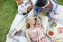 Junges Paar genießt ein Picknick