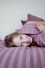 Mädchen faulenzen am Bett