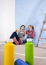 Junges Paar macht eine Pause vom Renovieren