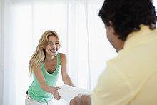 Junge Frau Kissen Kämpfe mit Ehemann