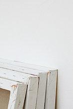 Zeile der Künstler Canvases stützte sich in der Galerie