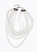 Perlenkette auf weißem Hintergrund