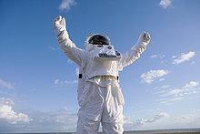 Außenaufnahme ,stehend ,Astronautin ,freie Natur