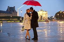 nahe ,Europäer ,Nacht ,küssen ,Regen ,Louvre