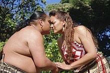 reiben, reibt, reibend ,Tradition ,grüßen ,Pazifischer Ozean, Pazifik, Stiller Ozean, Großer Ozean ,neuseeländische Nordinsel ,Maori ,Neuseeland ,Rotorua