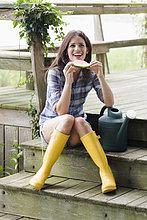 Frau ,Stiefel ,Wassermelone ,Terrasse ,Kleidung ,essen, essend, isst ,Gummi