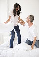 Paar macht eine Kissenschlacht