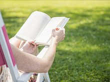 sitzend ,Frau ,Buch ,Stuhl ,Terrasse ,Taschenbuch ,vorlesen