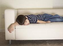 Couch ,Junge - Person ,dösen
