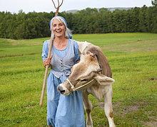 Hausrind, Hausrinder, Kuh ,Frau ,Bauernhof, Hof, Höfe ,reifer Erwachsene, reife Erwachsene ,Kuh