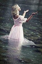 stehend ,Wasser ,Frau ,Fröhlichkeit ,Regen