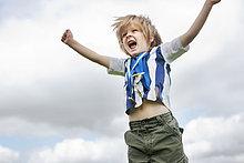 Außenaufnahme ,Junge - Person ,jubeln ,Medaille ,freie Natur
