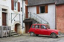 Auto vor einem typischen Bauernhaus im französischen Jura, Baume-les-Messieurs, Frankreich