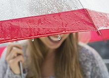 Frau ,Regenschirm, Schirm ,unterhalb ,Regen ,jung
