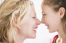 reiben, reibt, reibend ,Tochter ,5-9 Jahre, 5 bis 9 Jahre ,Mutter - Mensch