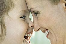 lachen ,berühren ,lächeln ,Close-up, close-ups, close up, close ups ,Mädchen ,Mutter - Mensch