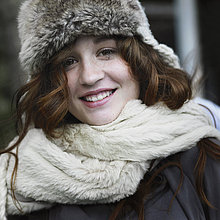 Frau ,lächeln ,Hut ,Schal ,Kleidung