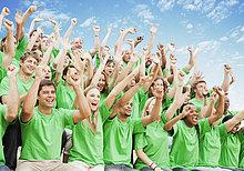 jubeln ,heben ,T-Shirt ,grün ,Menschenmenge