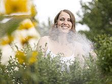 Braunhaarige Frau im Garten, Portrait